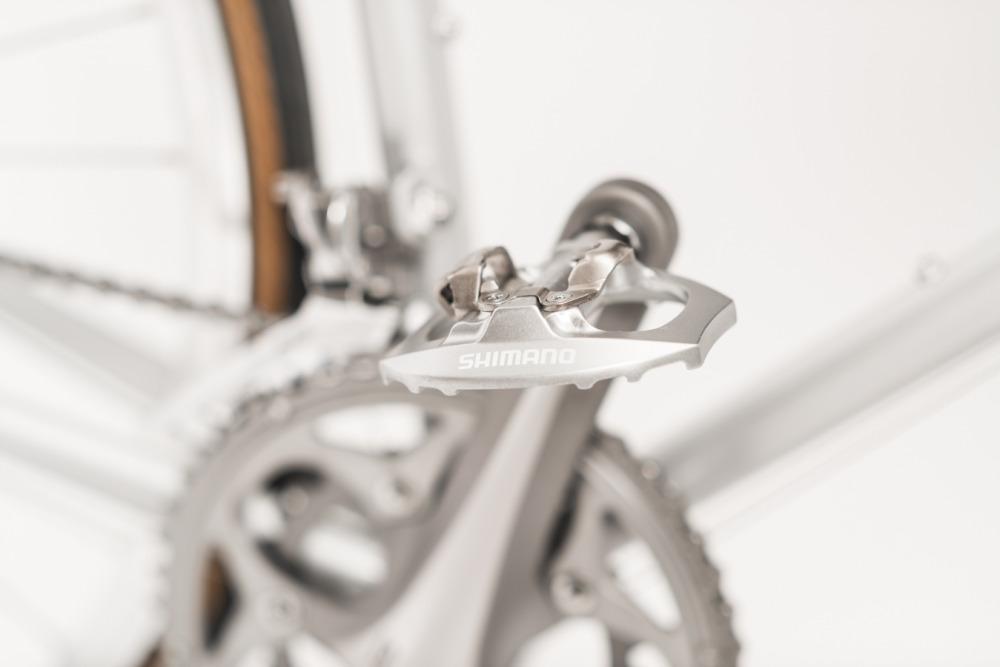 Rakete Herrenrad Rennrad in Perlsilber Detail Shimano Pedale