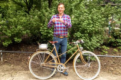 Glücksfee Daniel zieht die Gewinnerin des Damenrad RAKETE Mixte